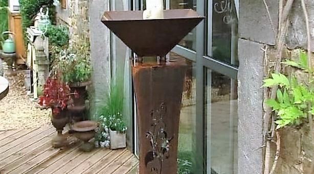 Un porte bougies rouillés sur la terrasse de Philippe Lhoas