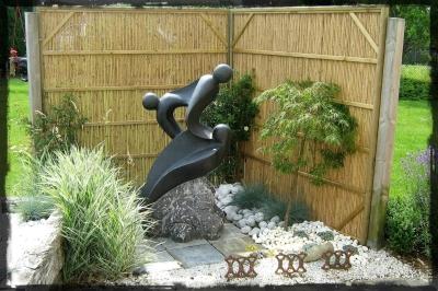 Une statue décorative entourée d'une séparation en bois