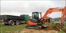 Pelleteuse et camion ben en action pour un terrassement