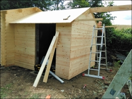 Construction d'un abri en bois