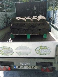 Une palette de rouleaux de pelouse à l'arrière d'une camionnette