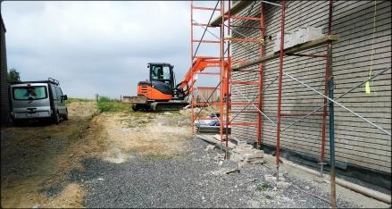 Pelleteuse en action pour le terrassement d'un terrain