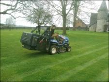 Tonte d'une grande pelouse avec un tracteur tondeuse