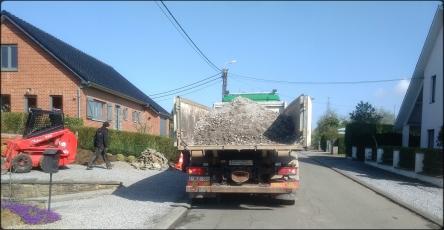Un camion conteneur rempli de gravas