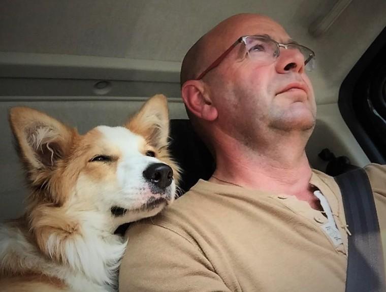 Photo de Philippe Lhoas et de son chien dans un véhicule